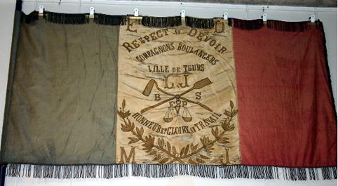 drapeau-des-compagnons-boulangers-du-devoir-de-la-cayenne-de-tours-de-1896-a-1958